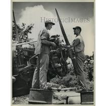 1943 Press Photo Victor Dennis, Edward Carmichael, Marine mechanics check plane