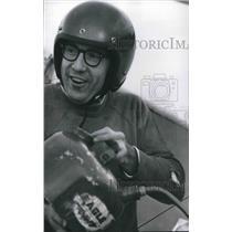 1975 Press Photo John Moody of Milwaukee prepared for motorized hang glider ride