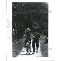 1988 Press Photo Theresa Brice teaches daughter Lauren to ride bicycle, Houston
