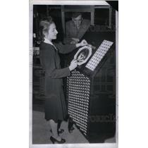 1946 Press Photo Pennsylvania Railroad Employee Margare