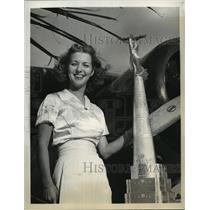 1939 Press Photo Ruth Shelley, Miss Miami Aviation poses with K.K. Culver Trophy