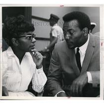 1965 Press Photo Cleveland's Jim Brown With Attorney Sarah Harper at Trial