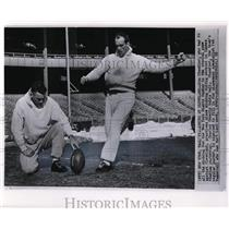 1958 Press Photo Don Chandler of Giants Practices Kicking with Charlie Conerly
