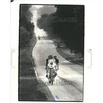 1981 Press Photo bicycle cyclist uphill ride bike tour - RRV62863