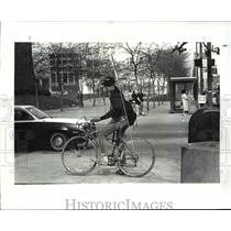 1987 Press Photo Bicycle messenger in action-Richard Courtney - cvb45824
