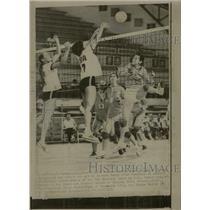 1971 Press Photo Barbara Perry James William Volleyball - RRW22121