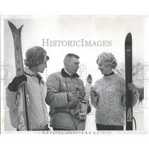 1963 Press Photo Lifeguard pretty girls snow ski slope