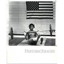 1988 Press Photo Noi Phumchoana falls during her 40k clean & jerk lift