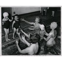 1962 Press Photo Swimming pool babies - RRW02595