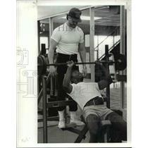 1983 Press Photo Coach Dave Redding and Ricky Feacher (lifting) - cvb41276