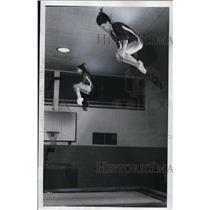 1976 Press Photo Beth Fairchild, 14, (left) and Tia Whippler, 15, fly high above
