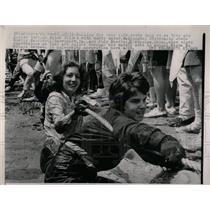 1964 Press Photo Shelly handler Washington Tug War game - RRW59375