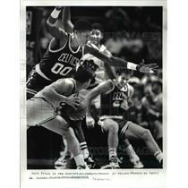 1987 Press Photo Mark Price looks around Robert Parrish for Brad Daugherty.