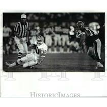 1986 Press Photo Mike Pagel hits the dirt after scrambling for short gain