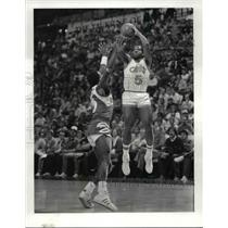 1985 Press Photo Cavs V Atlanta Eddy Johnson and John Bagley 1st quarter