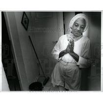 1990 Press Photo Ehtyah haht Israel Prays Before Work