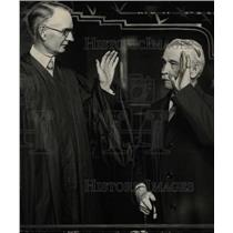 1928 Press Photo Judge Guy A. Miller Gives Oath - RRW72759