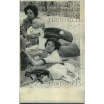 1976 Press Photo Italian woman with children after earthquake, Ponties, Italy