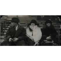 1922 Press Photo John Dodge wife Park Sitting camera - RRX44137