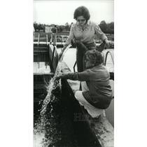 1980 Press Photo Alabama-Ladies sample warm Sealey Springs water in Cottonwood.