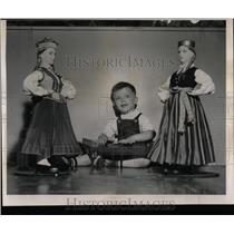 1962 Press Photo Attentive Audience Latvian doll Karlis - RRW58461