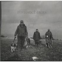 1954 Press Photo Mr. and Mrs. Les Charboutet, Al Jutrash on rabbit hunt
