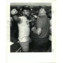 1986 Press Photo Louisiana Balloon Festival & Airshow - pilots discuss weather