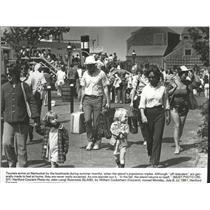 1981 Press Photo Tourists arrive on Nantucket by the boatloads - spa87378
