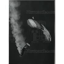 1991 Press Photo Spokane's Precision Parachute Team winds a lazy spiral land