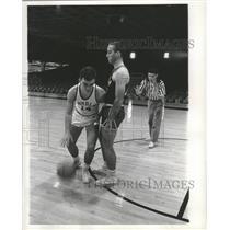 1961 Press Photo Basketball - Loyola's Ed Kennedy & Larry Hoyt Demonstrate Foul