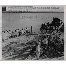 1950 Press Photo Korean's help pull a Patton Tank onto Han River beach