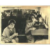 1932 Press Photo Mrs. Hutchinson and children accompany Mr. Hutchinson on flight