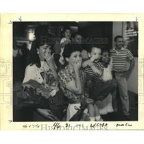 1990 Press Photo Cary Garcia Ruschell & Maggie Duke With Family at Airport