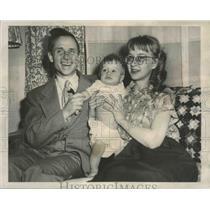 1953 Press Photo Reinhold Pabel former Nazi smiling with family, Illinois.