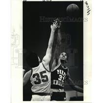 1982 Press Photo Basketball - St. Augustine's Lemuel Clanton Reaches for Ball