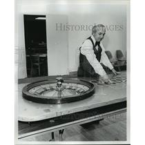 1976 Press Photo Leon Coraman at Roulette Table - nos05834
