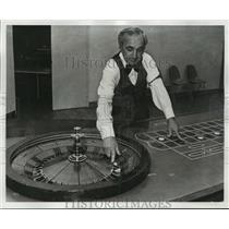1976 Press Photo Leon Cornman at Las Vegas Party Gambling - nos07146