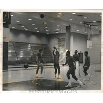 1971 Press Photo Earl Monroe practices with the Knicks players in Pace College