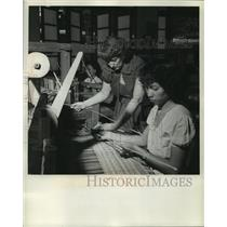 1953 Press Photo Lysbeth Wallace and others work in weaver workshop Philippines
