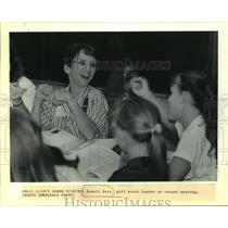 1989 Press Photo Renell Dore, girl scout leader at a recent meeting. - noa94493