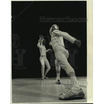 1975 Press Photo Fencing player Stuart Allen attacks with lunging head cut