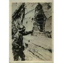1918 Press Photo Belgian Artilleryman Discovers Shell Hit He Sent to Fritz