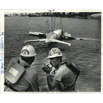1983 Press Photo Workers Raise Plane that Crashed into Canal, New Orleans