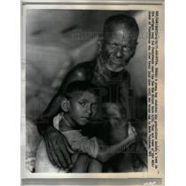 1971 Press Photo Dum Dum Airport boy clutches refugee - RRX36803