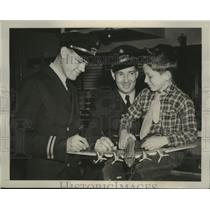 1940 Press Photo Ronald Pinero completes autographs of American Airline Captains