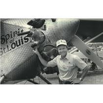 1983 Press Photo Tom Poberezny beside Spirit of St. Louis replica, Oshkosh