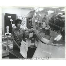 1964 Press Photo Woman Visits Huntsville, Alabama Marshall Space Flight Center