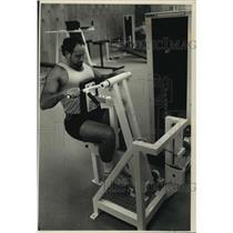 1988 Press Photo Fred Higgins exercises at Gold's Gym, Cudahy - mjb86544