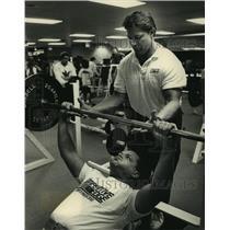 1989 Press Photo Personal trainer Kurt Kuettel helps Paul Bart lift weights