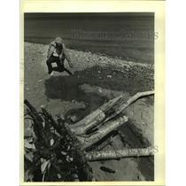 1981 Press Photo Ken Hendricks Of DNR Points To Seeping Water On Lake Michigan